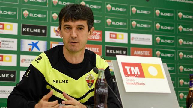 Pacheta, en una rueda de prensa como entrenador del Elche.