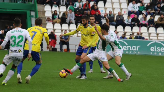José Mari controla el balón durante el encuentro ante el Córdoba.