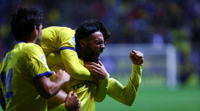 Sergio Sánchez celebra su primer gol con el Cádiz CF