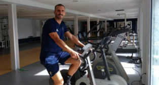Servando se ejercita en el gimnasio.