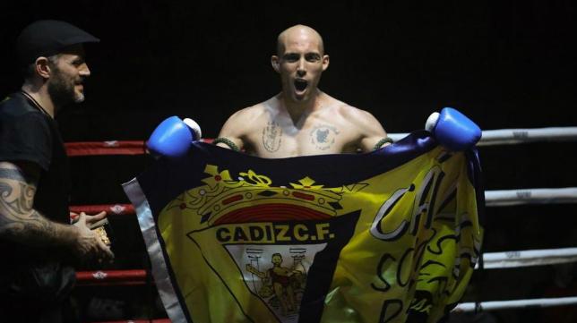 Carlos Coello celebró el título con la bandera del Cádiz CF. Foto: Quinito Fotografía.