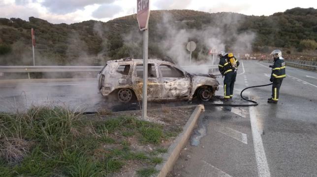 El vehículo quedó completamente carbonizado.
