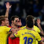 Los jugadores del Cádiz CF protestan el gol anulado a Karim.