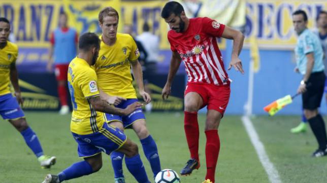 Javi Álamo, durante un Cádiz CF-Almería en el Estadio Ramón de Carranza. Foto: Ideal.