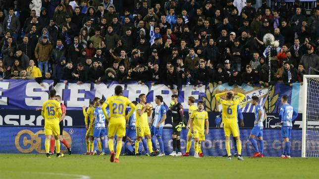 Los jugadores del Cádiz CF se quejaron amargamente del penalti no señalado.