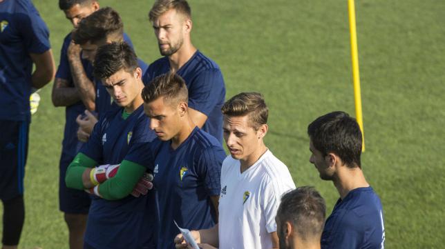 Pablo Vázquez, junto a Brian, en un entrenamiento del primer equipo del Cádiz CF.