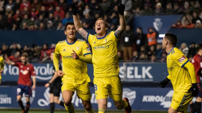 Álex celebra el gol que adelantó al Cádiz CF en El Sadar.