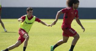 Aridane y Juan Villar, en un entrenamiento con el Osasuna.
