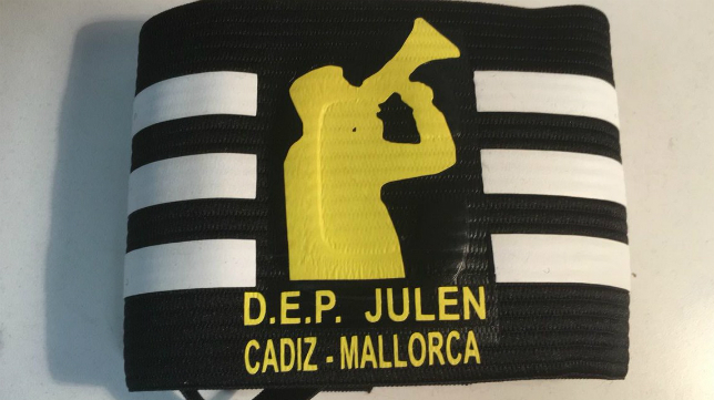 Julen será recordado en el brazalete del capitán del Cádiz CF. Foto: Cádiz CF.