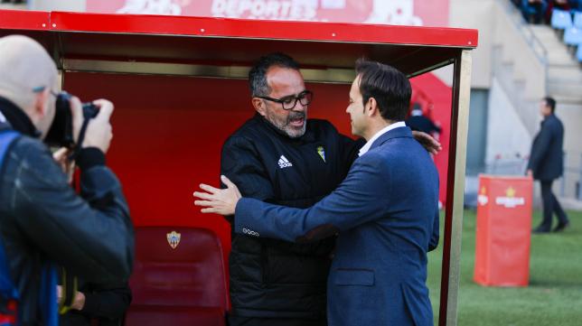 Cervera saluda al entrenador local Fran Fernández