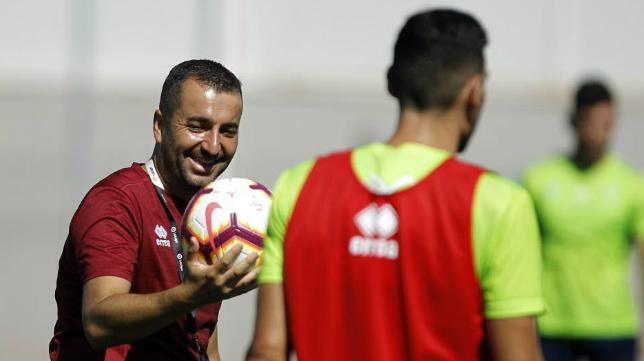 Diego Martínez, en un entrenamiento con el Granada.
