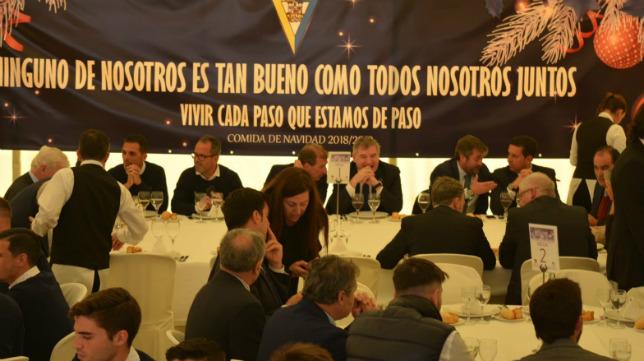 Mesa presidencial de la comida de Navidad que se ha celebrado hoy.