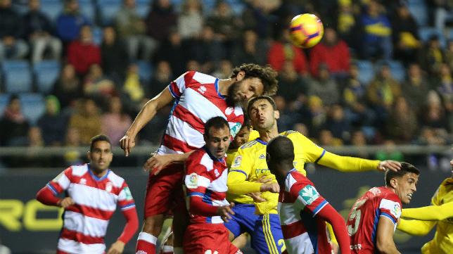 Germán despeja un balón en presencia de Kecojevic.