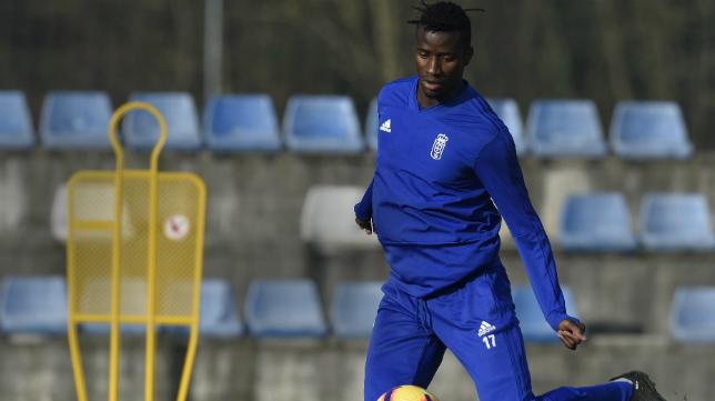 Ibrahima, en un entrenamiento con el Oviedo.