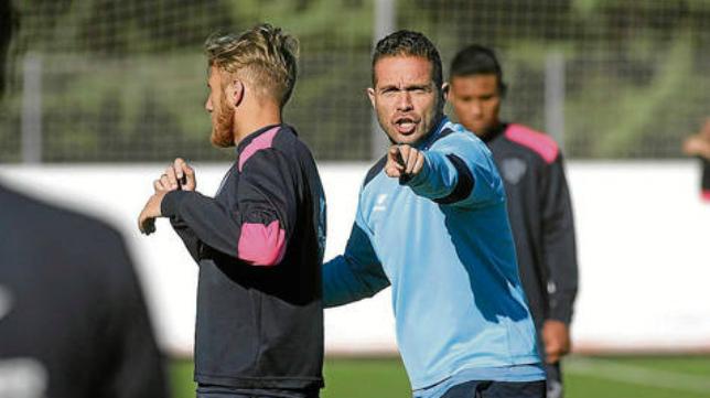 Tevenet, en su etapa como entrenador del Huesca, con Machís detrás.