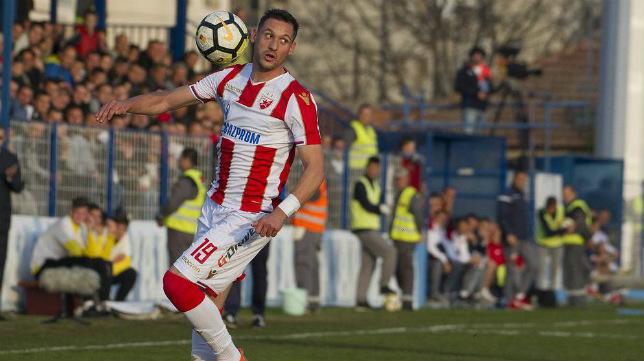 Nikola Stojiljkovic llega de jugar en el Estrella Roja de Belgrado.