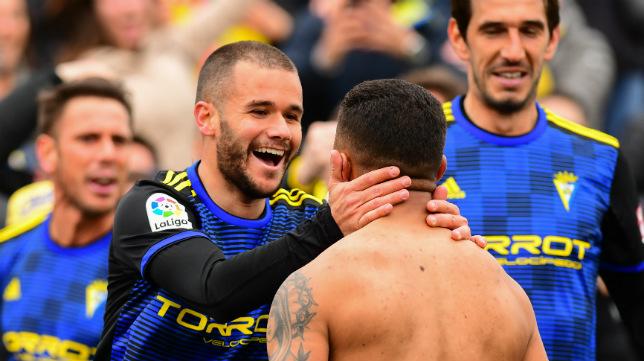 Aketxe y Machís se felicitan tras el gol de la victoria en Alcorcón.