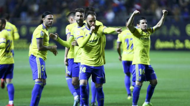 Edu Ramos (c) y Matos (d) celebran el gol del centrocampista malagueño ante el Tenerife.