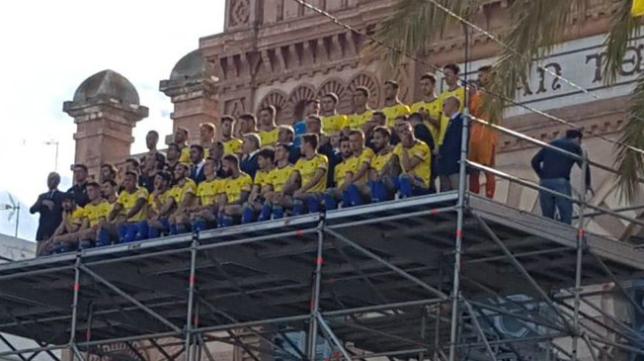 El Cádiz CF se hizo la foto oficial en la fachada principal del Gran Teatro Falla.