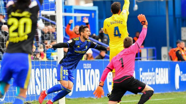 Marcos Mauro celebra su gol en Alcorcón la pasada temporada