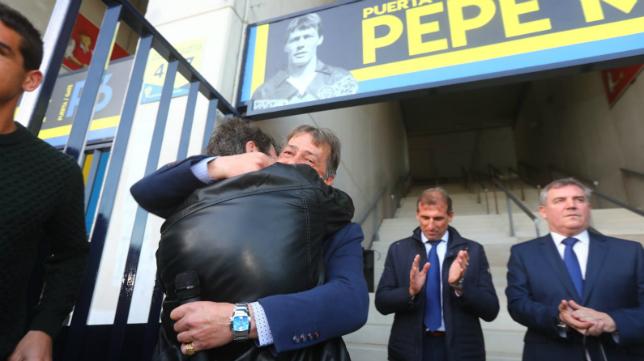 Pepe Mejías se abraza a su hermano Salva en presencia de Garrido, Óscar Arias y Manuel Vizcaíno.