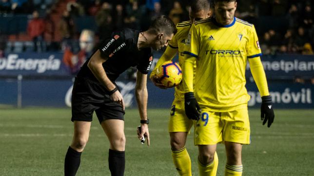 Moreno Aragón arbitró el Osasuna-Cádiz CF en El Sadar.