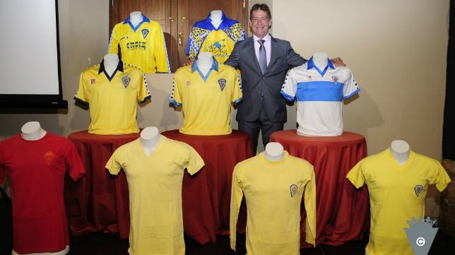 Pepe Mejías posa con algunas de sus camisetas en el Baluarte de los Mártires. Foto: Cádiz CF.
