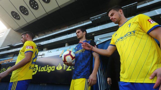 Pantic, a la derecha, y Jovanovic, en el centro, no jugarán esta temporada en el Cádiz CF.
