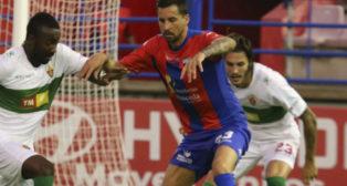 Enzo Renella, en un partido con el Extremadura.