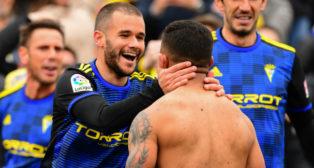 Aketxe celebra el gol del triunfo junto a Machís.
