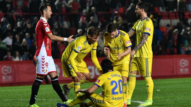 Los jugadores del Cádiz CF celebran la victoria ante el Nàstic.