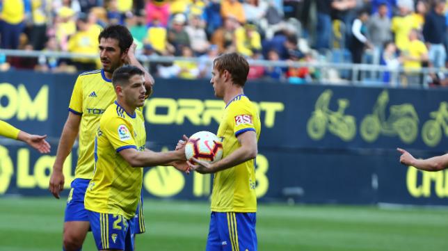 Momento en el que Álex le pide el balón a Manu Vallejo para marcar el penalti cometido sobre el chiclanero.