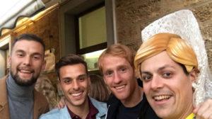 Carrillo, Brian y Álex, junto a un corista de Valdés.