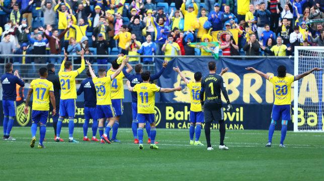Los jugadores del Cádiz CF agradecen a fondo sur el apoyo desde la grada el pasado sábado ante el Albacete.