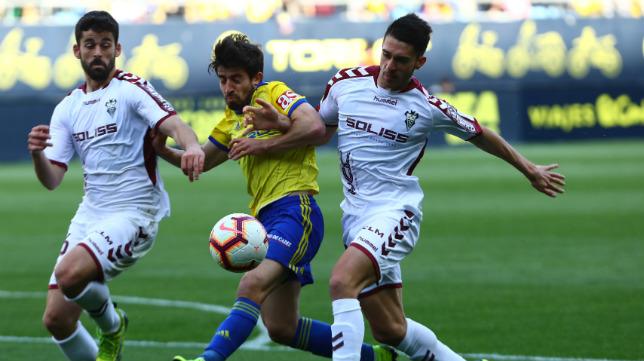 Jairo lucha con dos rivales del Albacete.