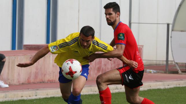 Javi Navarro, durante el Cádiz CF B-Teruel del último 'play off' de ascenso a Segunda B.