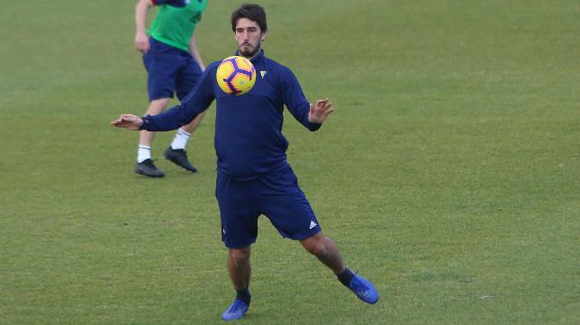Dejan Lekic controla un balón en un entrenamiento.
