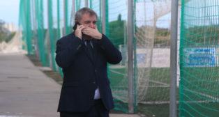 Manuel Vizcaíno habla por teléfono en El Rosal.