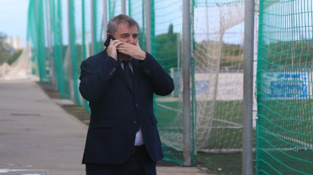 Manuel Vizcaíno, presidente del Cádiz CF, habla por teléfono en El Rosal.