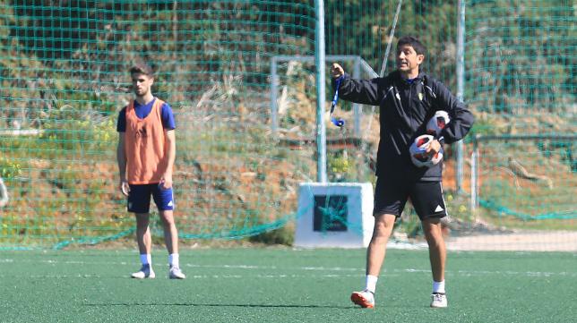 Juanma Pavón dirige un entrenamiento en El Rosal.