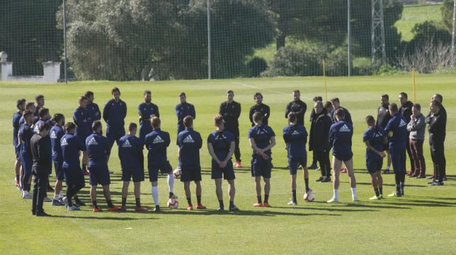 Álvaro Cervera y su cuerpo técnico comenzaron la sesión de este miércoles con una charla con el grupo.