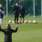 Álvaro Cervera da indicaciones en un entrenamiento.
