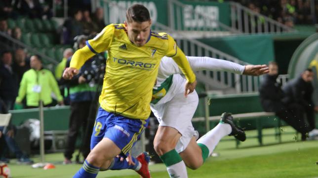 Manu Vallejo jugando en el Cádiz CF.