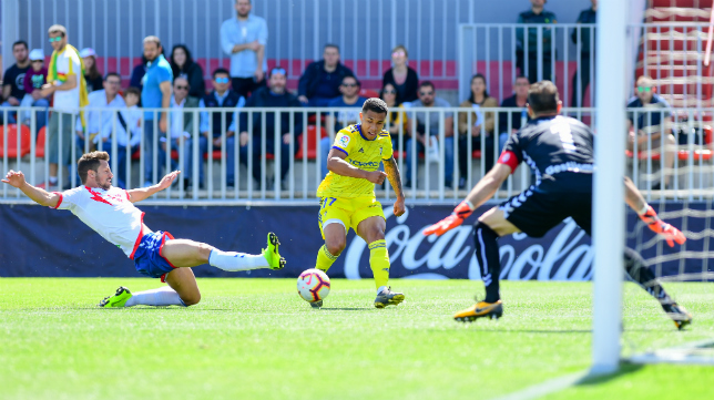 Machís cede el balón a Rennella en el primer gol cadista.
