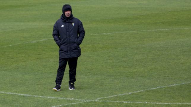 Álvaro Cervera, bajo la lluvia, en un momento de un entrenamiento celebrado en El Rosal.