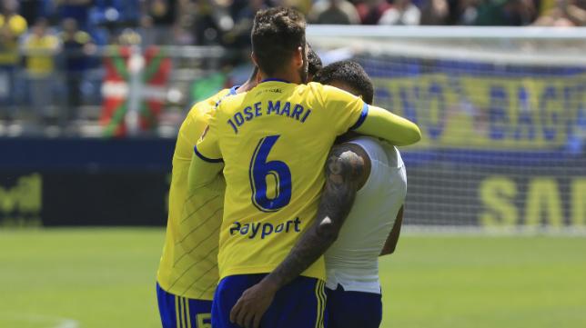 José Mari y Garrido abrazan a Machís.
