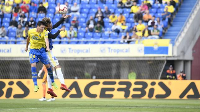 Sergio González despeja un balón.