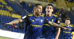 Machís celebra el gol con Garrido.