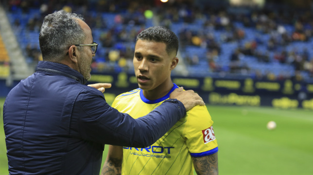 Cervera habla con Machís durante el último partido en el Carranza.