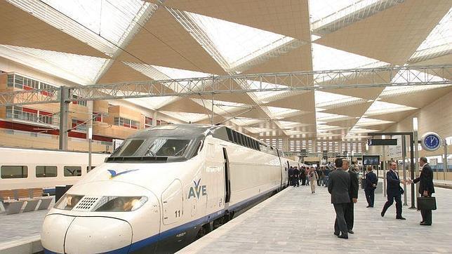 El tren AVE en la Estación zaragozana de Delicias.